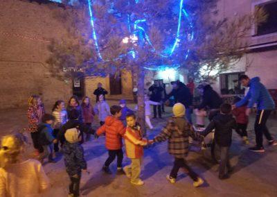 """El día 6 de diciembre los niños de Bailo, como se hace desde hace muchos años, recorrieron las calles de Bailo, llamando a los timbres de las casas y cantando la canción tradicional para que les dieran comida. Con todo la comida que recogieron, al final de la tarde, hicieron una merienda, a la que se apuntaron algunos """" no tan niños"""""""